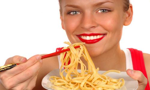 Mujer comiendo pastas